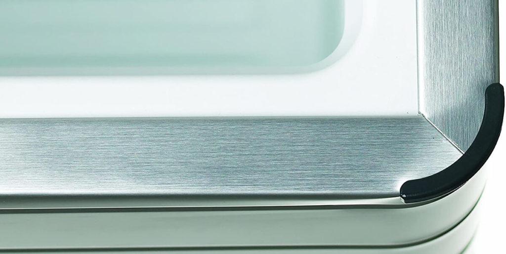 Schaut man sich die Dometic Absorber-Kühlbox an, steht ausser Frage, dass diese deutlich eleganter ist, als jeder Plastik-Bomber (Fotos: Amazon).